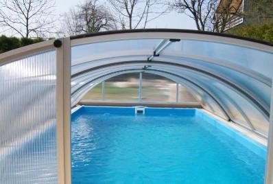 Ein kleiner pool privatpool ffentlicher pool die for Garten pool 2m tief
